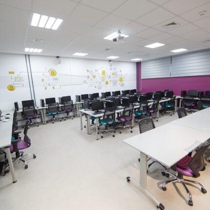sala-de-informatica-colorida-no-laboratorio-de-comunicacao