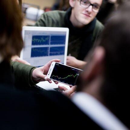 estudantes e em sala de aula no curso de economia pucpr