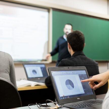 estudantes e professor do curso de marketing pucpr em sala de aula