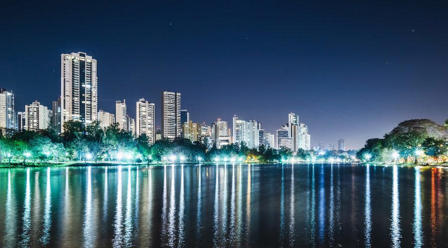 paisagem noturna do lago Igapó da cidade de Londrina Paraná Brasil