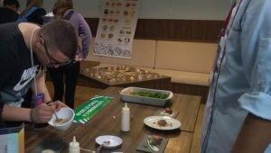 tecnicas_de_corte_e_montagem_sao_ensinadas_por_estudantes_de_gastronomia