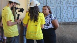 dois-estudantes-de-jornalismo-entrevistando-uma-moradora-de-varzea-grande