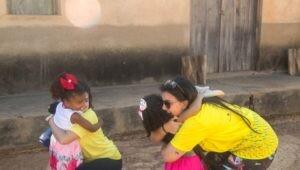 duas-estudantes-do-projeto-rondon-abracando-criancas-em-arraial