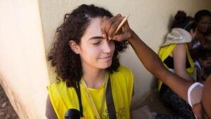 estudante-recebe-pintura-facial-de-quilombola-canabrava
