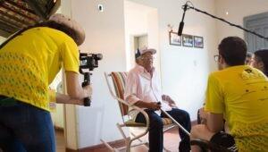 estudantes-entrevistando-senhor-raimundo-que-os-acolheu-em-inhuma
