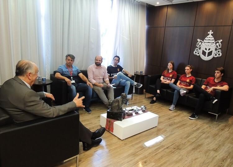 estudantes-professores-e-reitor-durante-conversa-no-gabinete-da-reitoria