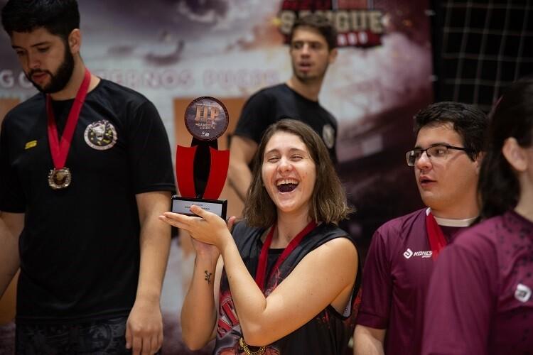 estudante comemora recebimento de troféu no JIP