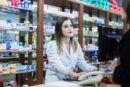 estudante-em-balcao-de-farmacia-pucpr