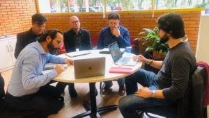 professores-brasileiros-e-italianos-reunidos-em-torno-de-mesa