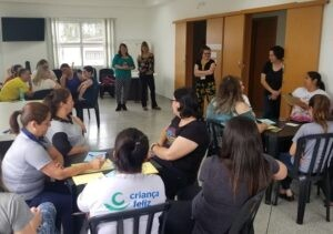 Voluntários durante oficina em Fernandes Pinheiro