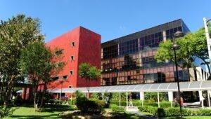 fachada-lateral-da-biblioteca-central-da-pucpr