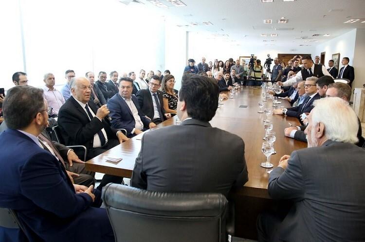 Mesa de reunião e acordo para o BRDE Labs