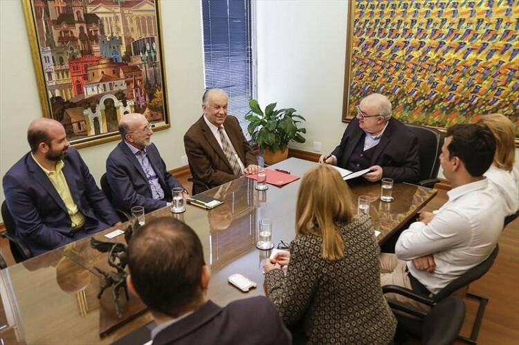 Prefeito e representantes da PUCPR no gabinete do prefeito