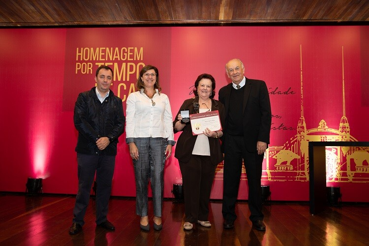 Professora Marilda Beherens recebendo sua homenagem por tempo da casa