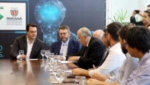 Reitor da PUCPR e governador do estado conversando durante acordo
