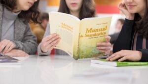Estudantes de licenciatura lendo livro